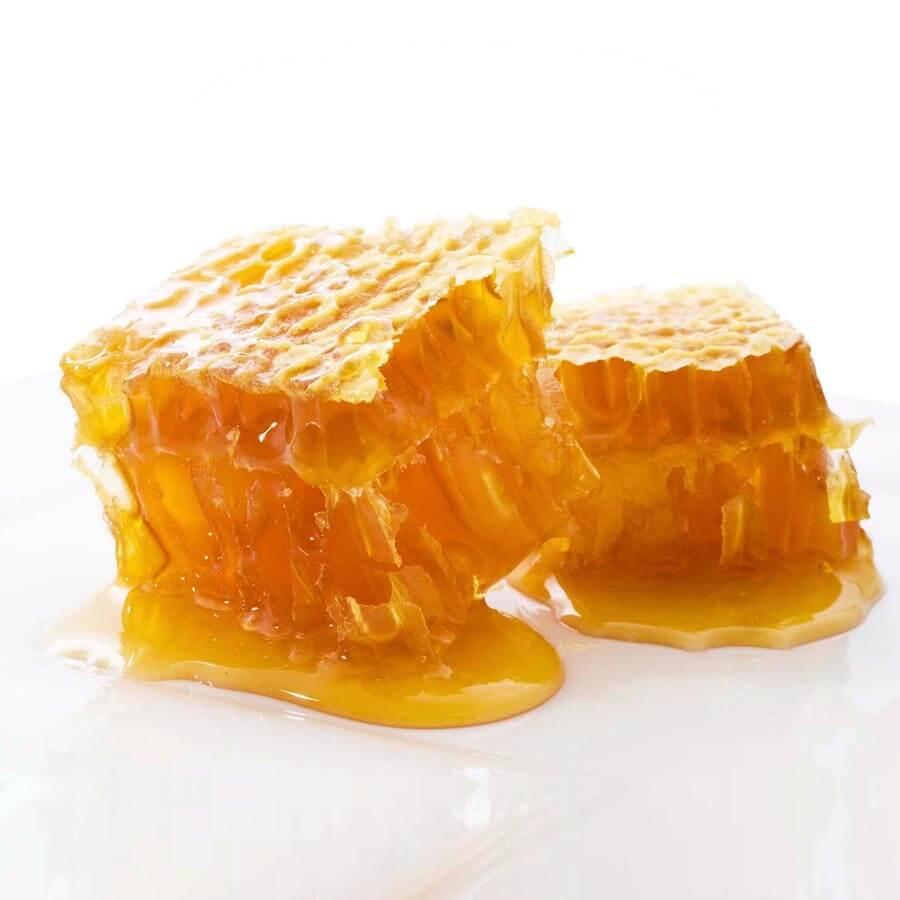 Raathoning is de honing zoals de bijen deze maken. Ze krijgen van ons geen begin, maar ze bouwen de raten van bijenwas puur natuur. Daar brengen ze dan de honing in. Wanneer de honing rijp is verzegelen de bijen de cellen met een wasdekseltje. 100% een natuurproduct. Je kan alleen raathoning Rauwe Honing noemen.